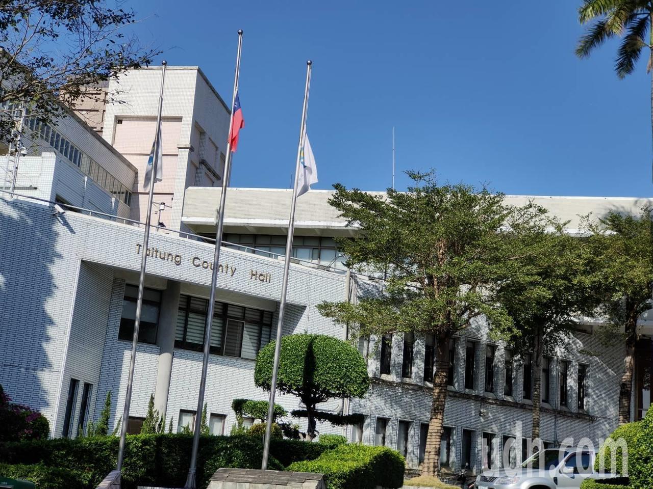 台東縣政府今降半旗,悼念沈一鳴等8名黑鷹事件罹難將士。記者羅紹平/攝影