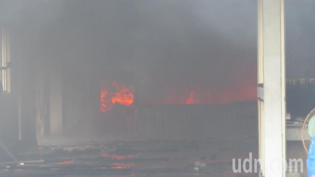 苗栗市國華路旁一家鈑噴廠今天上午起火,火勢相當猛烈,嗆鼻臭味濃煙衝天。記者范榮達...