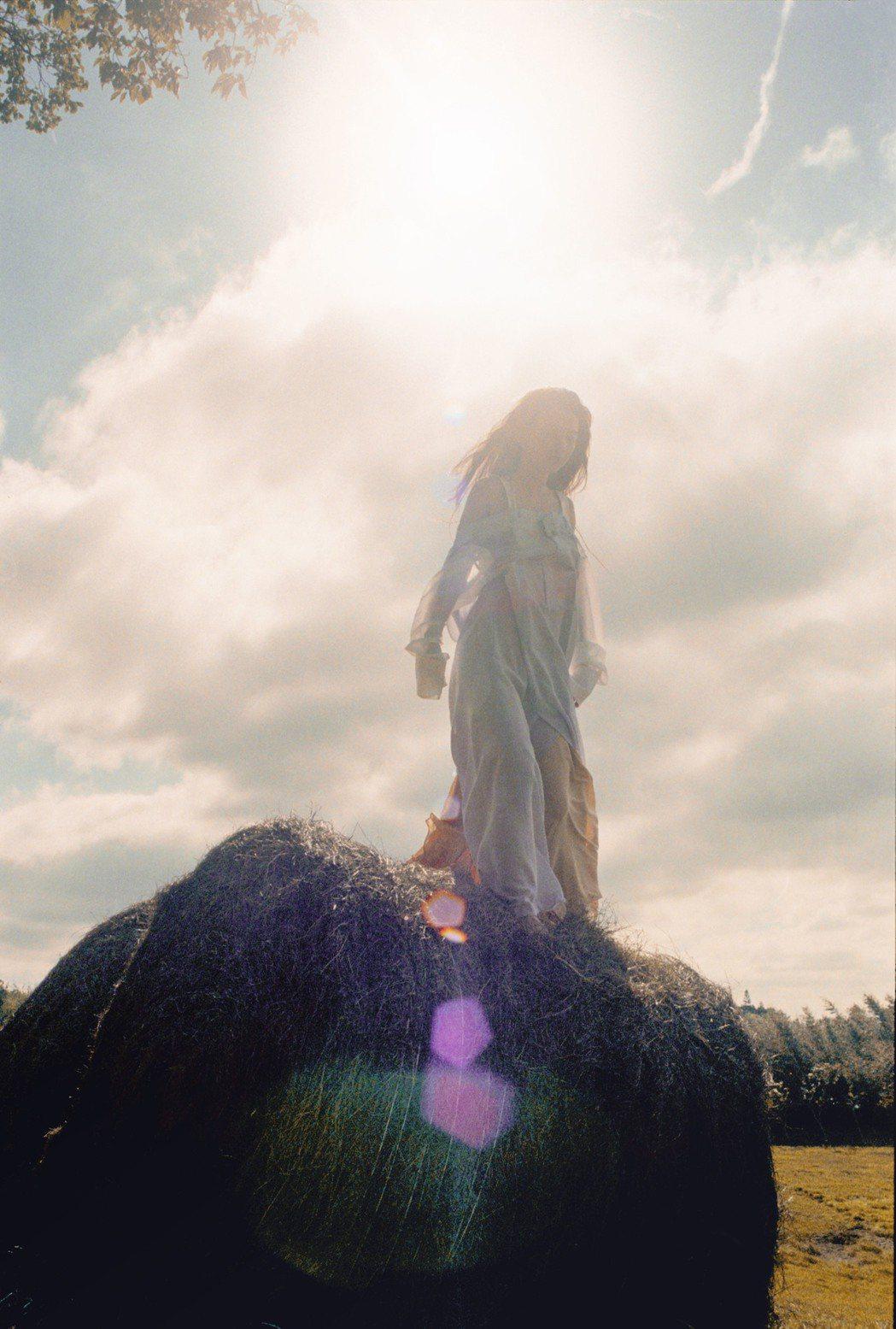田馥甄無預警釋出新歌「懸日」,在苗栗秘境捕捉那懸日即將落下時刻。圖/何樂提供