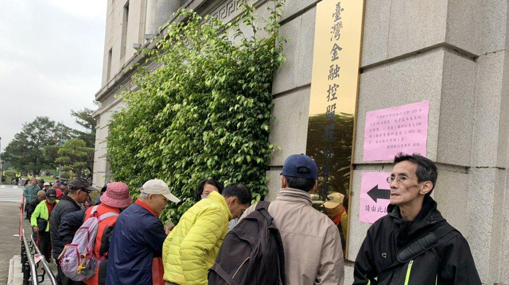 臺灣銀行今年銷售中央銀行發行的鼠年生肖套幣首日,仍有民眾早起排隊購買,但人潮不若...