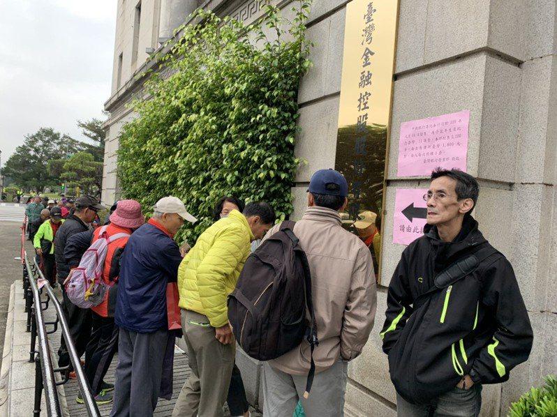臺灣銀行今日起銷售中央銀行發行的鼠年生肖套幣,今天早上仍有民眾起早排隊購買,但人潮不若往年多。記者仝澤蓉/攝影