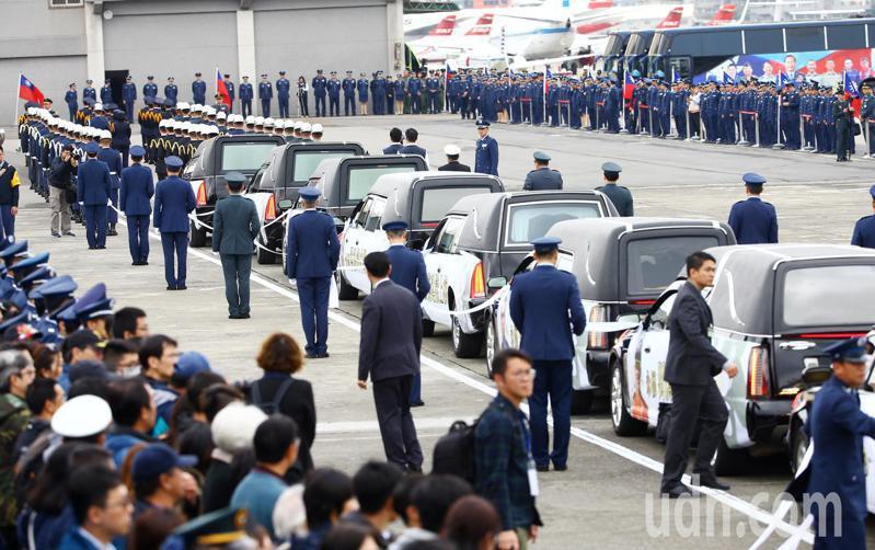 國防部今天在空軍松山指揮部為0102黑鷹直升機殉職將士舉行聯合公奠典禮。記者杜建重/攝影