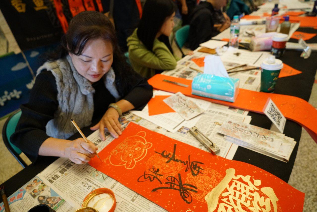 長榮大學書畫系師生連續4年在農曆新年前揮毫贈春聯。圖/校方提供