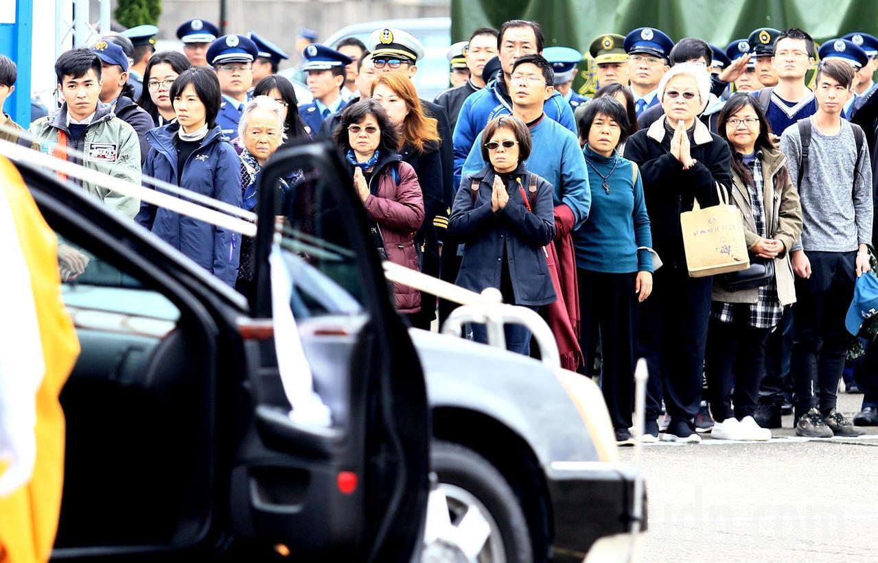 0102殉職將士聯合公奠上午在松山機場四號機棚舉行,民眾在旁合十禱念。記者陳正興...