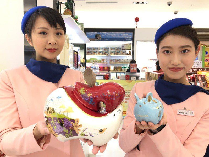 昇恆昌推出的『祈旺鼠瓷罐禮盒』以親子雙鼠為設計主軸,蘊藏多子多孫、富貴榮華之意,相當受到歡迎,不少民眾都買回家當擺設。記者蔡家蓁/攝影