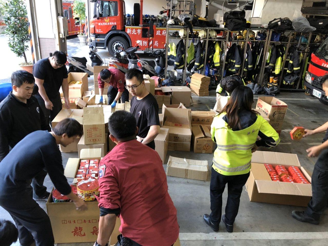 消防員在店內起出總重高達502.34公斤的爆竹,足足比合法量超出16倍。圖/第七...