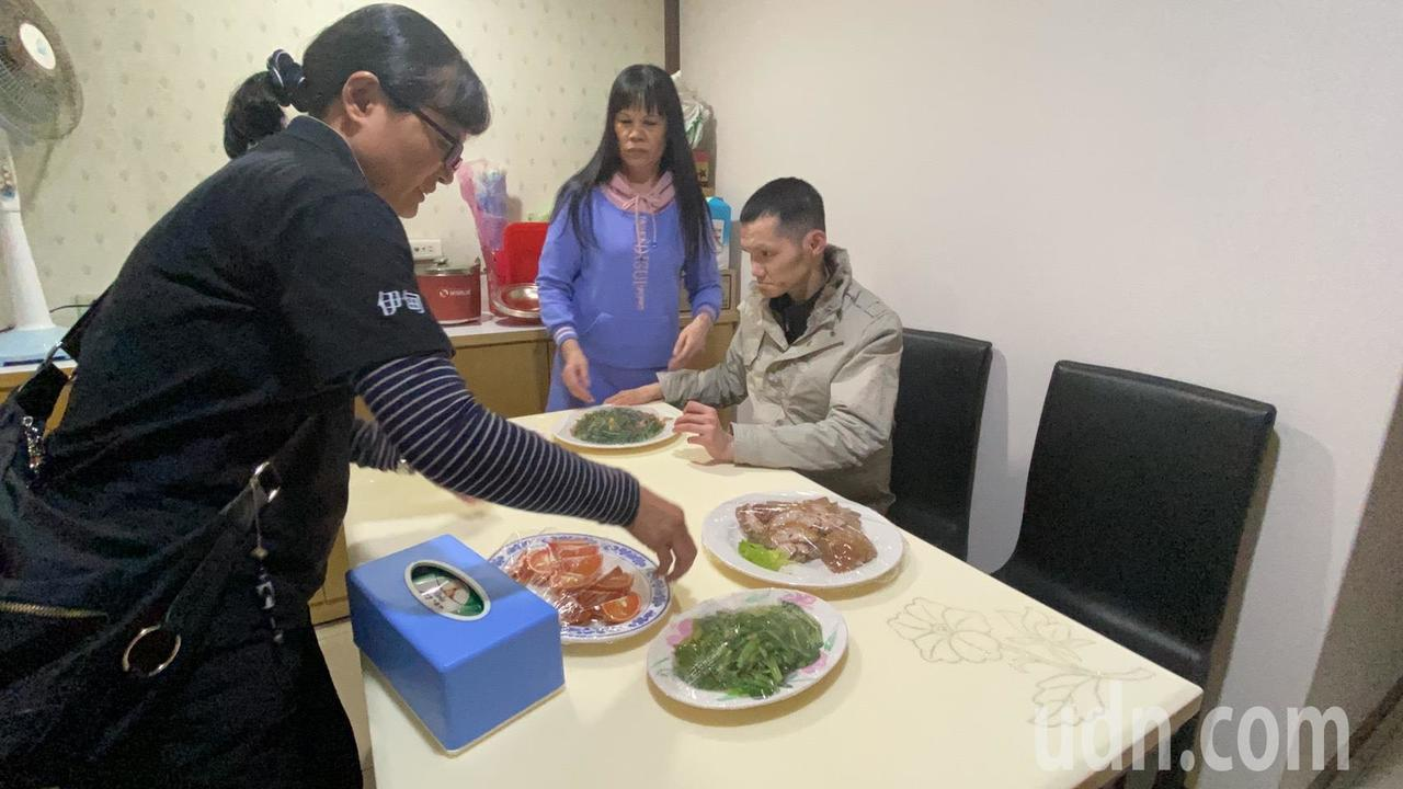 宜蘭教養院社工方雪珍今天陪伴廖媽媽兒子返家,還貼心提前向餐廳預訂他可進食的飯菜,...