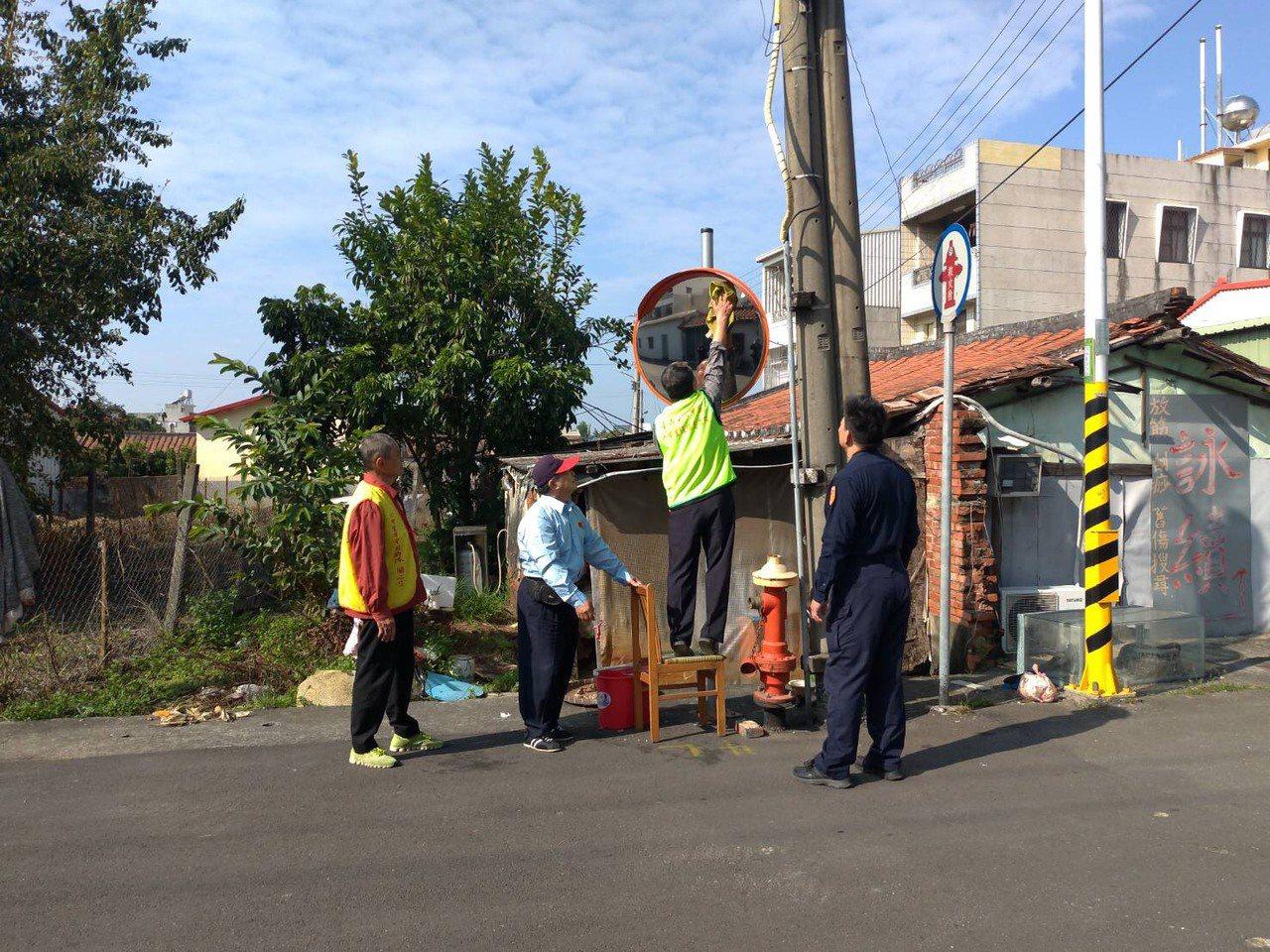 台南麻豆員警發起清潔路口「反射鏡」,號召地方人士參與減少交通事故。圖/員警提供