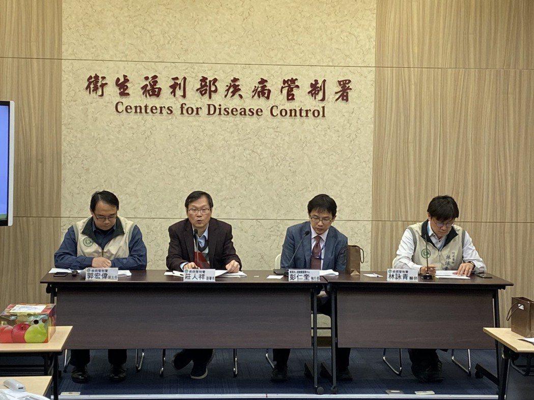 疾管署副署長莊人祥(左二)表示,據疾管署資料顯示,國內今年初至今累計11例境外移...