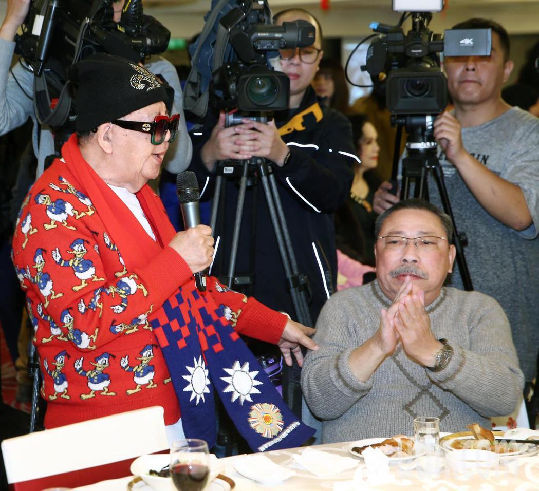 資深藝人林松義(左)圍國旗圍巾出席邊唱歌邊和陳松勇(右)打招呼。記者蘇健忠/攝影