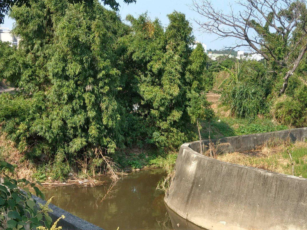 新豐鄉中崙支線排水護岸因護岸高度不足,加上老舊及部分缺口,遇豪大雨容易淹水,這次...
