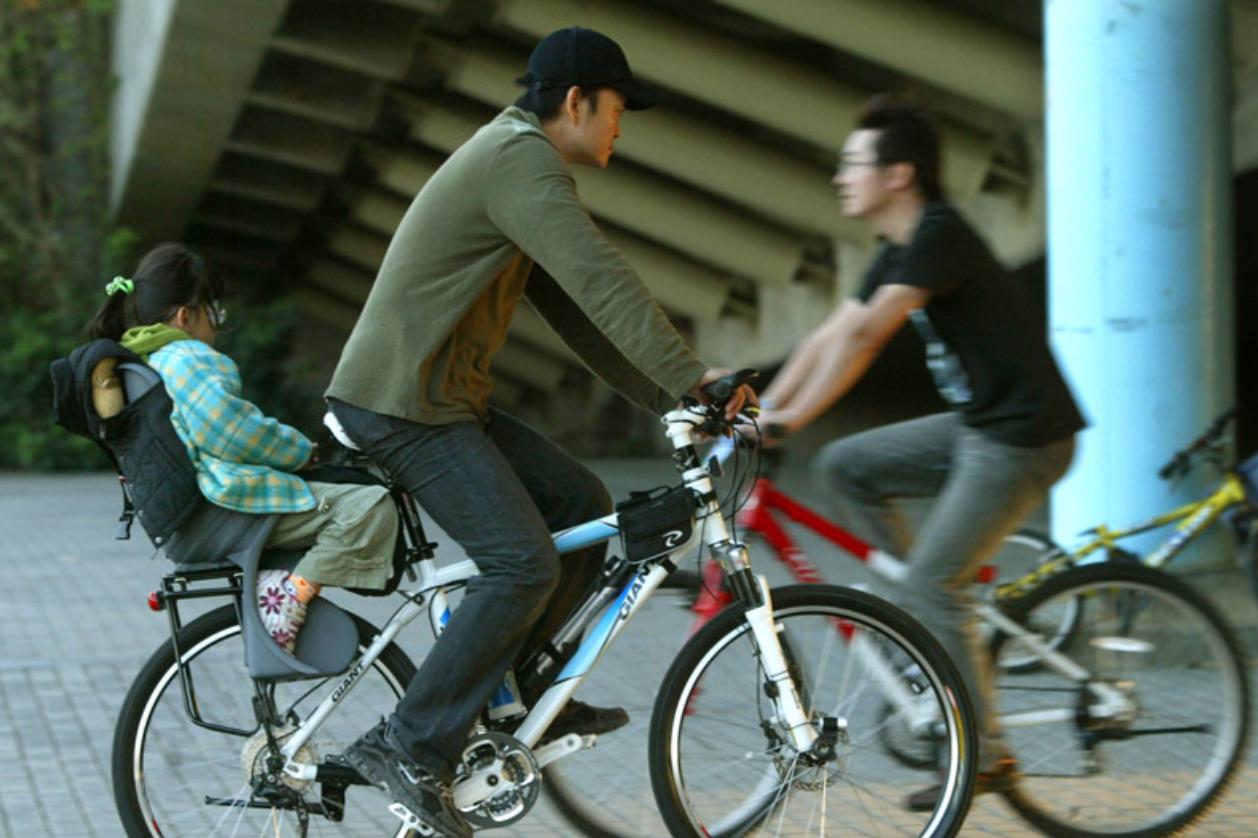 6歲22公斤為限 自行車附載幼童3月合法