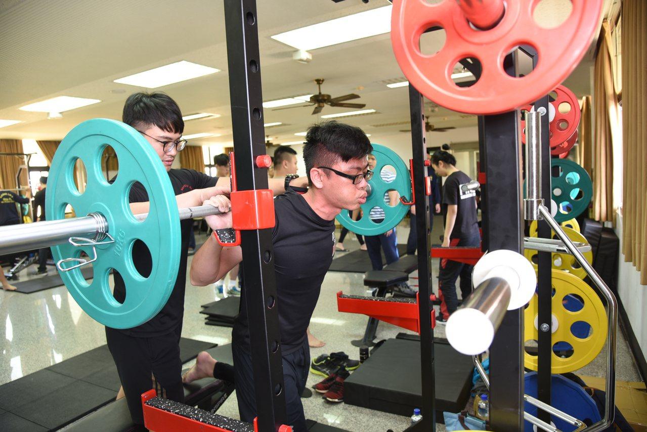 南投縣消防局今年比照雙北辦消防員肌力戰術體能訓練,消防隊變身「猛男訓練所」,學員...