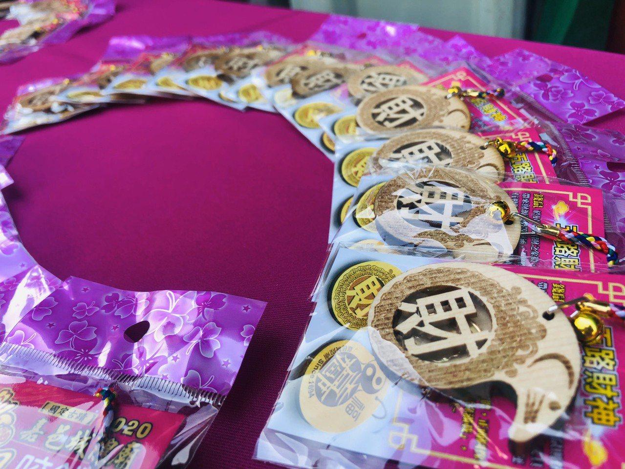廟方今年發送錢母「咬錢鼠」數量各2千個。記者李承穎/攝影