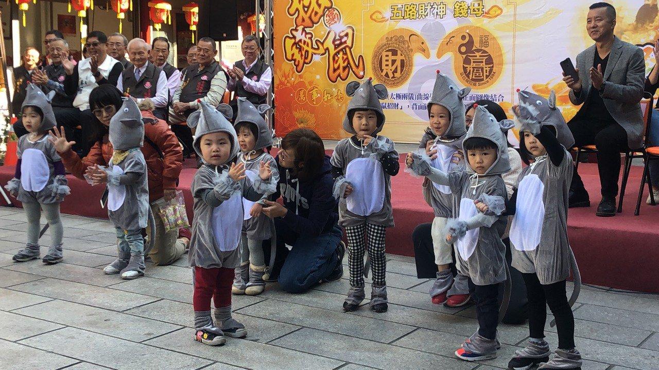 小朋友們穿上布偶裝扮演「錢鼠」跳舞。記者李承穎/攝影
