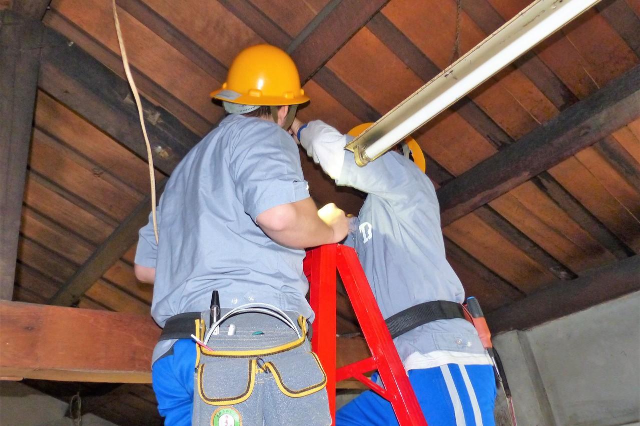 電機科學生組服務隊 為獨居老人免費修水電
