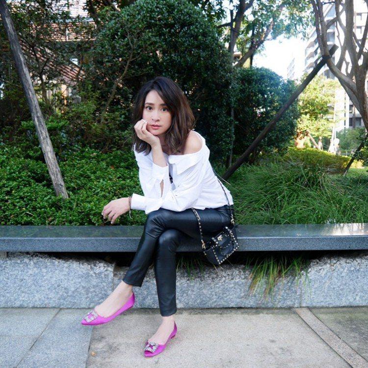 李晶晶穿著Manolo Blahnik Hangisi鞋款。圖/摘自IG
