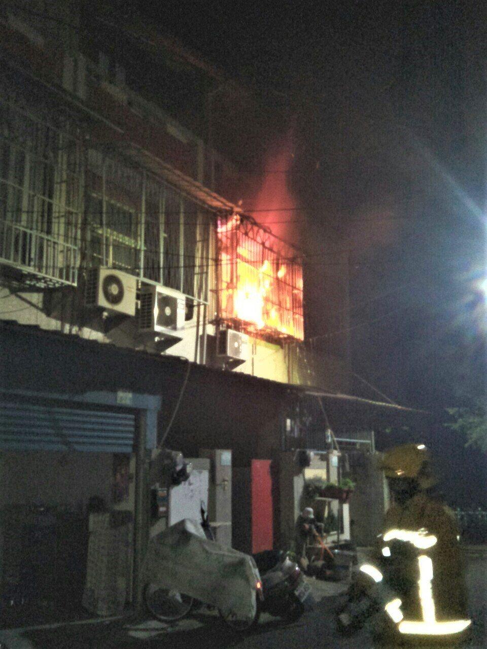 嘉義縣大林鎮平林里今天凌晨5時許發生兩層樓住宅火警,疑似二樓神明廳的油燈破掉導致...