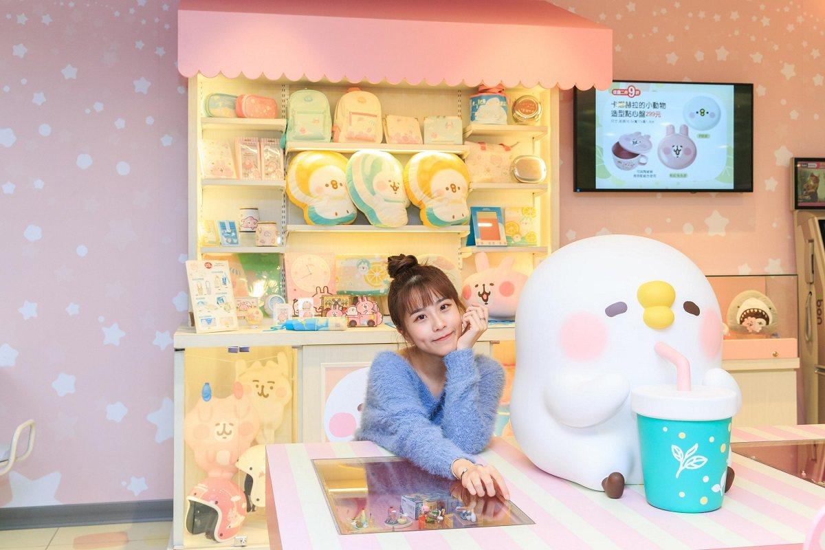 南台灣首家「7-ELEVEN X卡娜赫拉的小動物」聯名店的休憩用餐區有P助與粉紅...