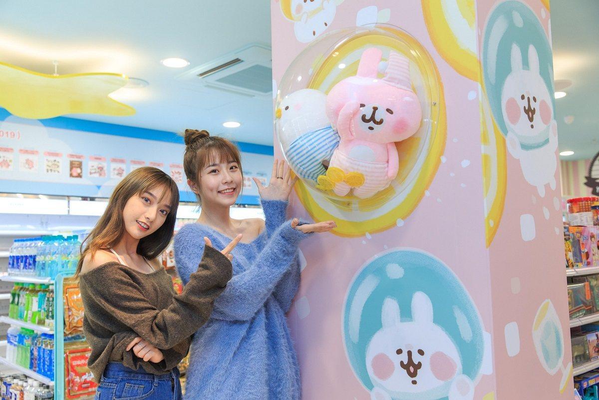 南台灣首家「7-ELEVEN X卡娜赫拉的小動物」聯名店店內展示P助與粉紅兔兔的...