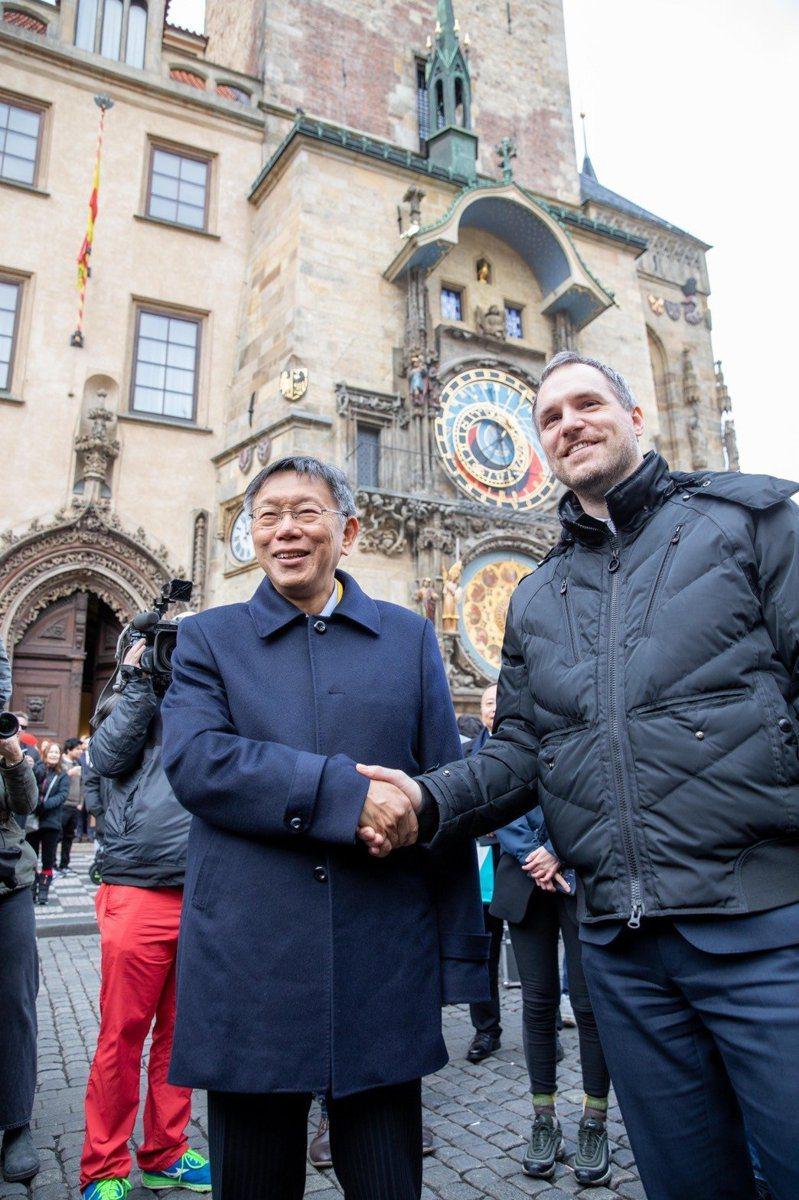 台北市長柯文哲與布拉格市長賀瑞普在台北時間13日晚間9時許簽署姊妹市協定。圖/北市府提供