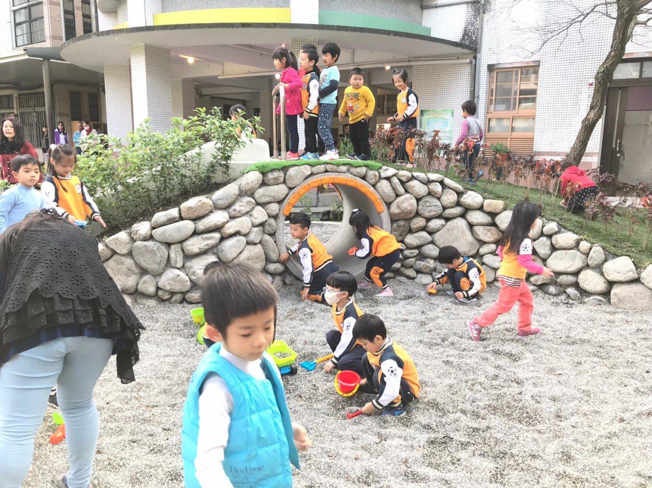 宜蘭首座利用校園空間設立的親子館啟用位於古亭國小,這裡有大碗公溜滑梯、戲砂池及涵...