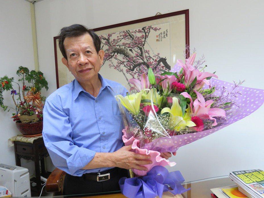 台中市霧峰區公所區長李銘海後天退休,昨有人送花給他祝福退休生活愉快。記者黃寅/攝影