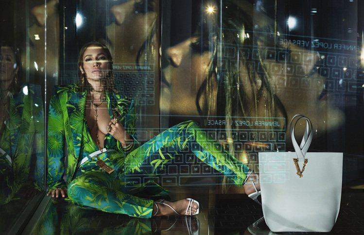 珍妮佛羅培茲在VERSACE 2020春夏形象廣告穿上當年由她穿紅的叢林印花裝復...