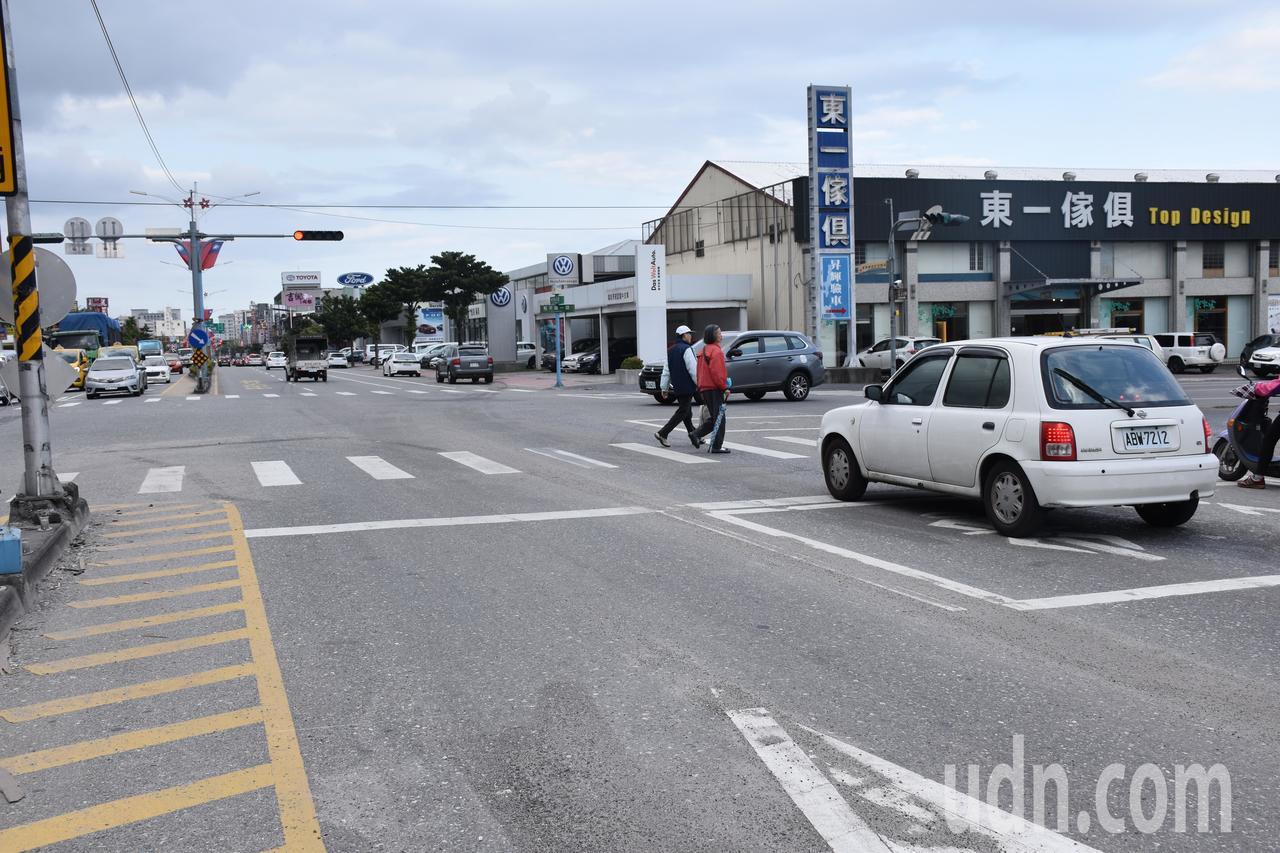 花蓮中央路因多個路口有左轉燈,直行車不敢在內側車道停等紅燈,導致外側車道大排長龍...