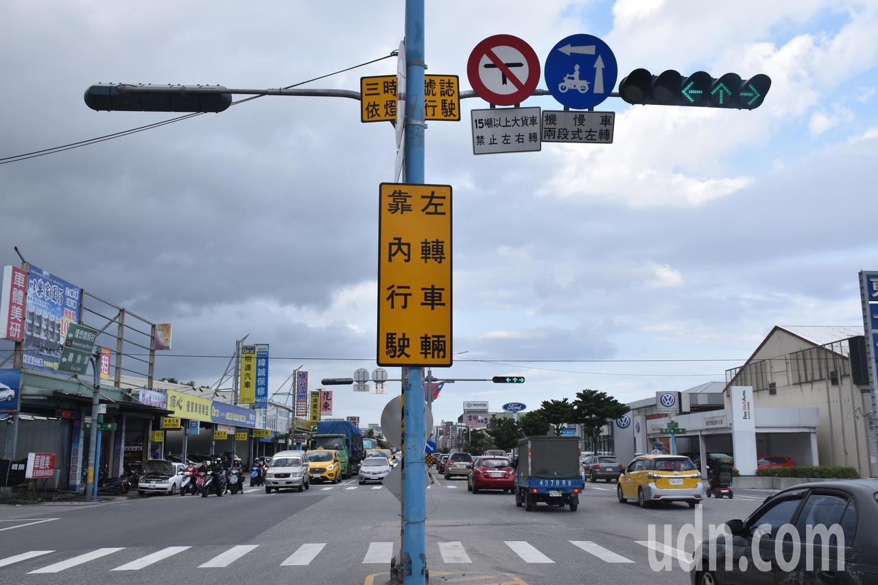 花蓮中央路改為三時向號誌,同一行進方向在綠燈時,車輛可同時左轉、直行及右轉。記者...