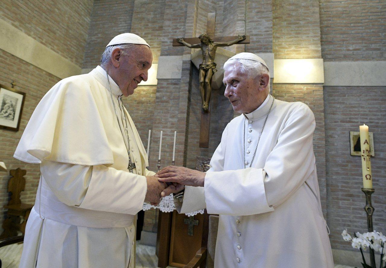 天主教教宗方濟各(左)2017年在教廷任命5位樞機主教的典禮上與榮休前教宗本篤1...