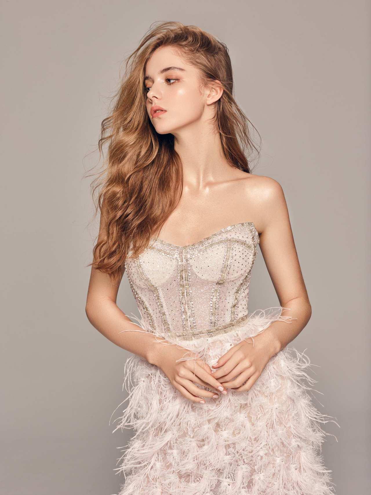 2020春夏白金系列白色鴕鳥羽馬甲禮服。圖/LinLi Boutique提供