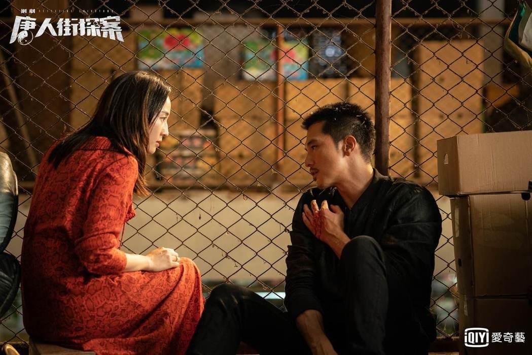 邱澤(右)、張鈞甯劇中成亡命鴛鴦。圖/愛奇藝台灣站提供