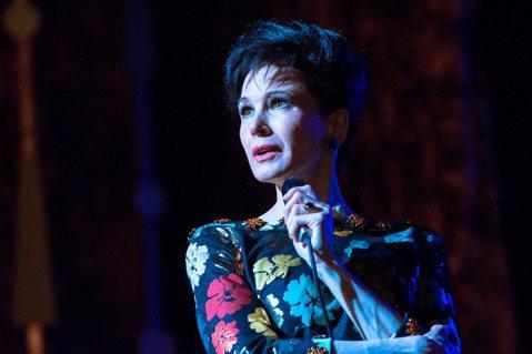第92屆奧斯卡金像獎,台灣時間昨日(1/13)晚間揭曉入圍名單。改編「傳奇天后」茱蒂嘉蘭(Judy Garland)真人真事,現正在台好評獻映的「茱蒂」(Judy),一舉榮獲最佳女主角獎、最佳化妝與...
