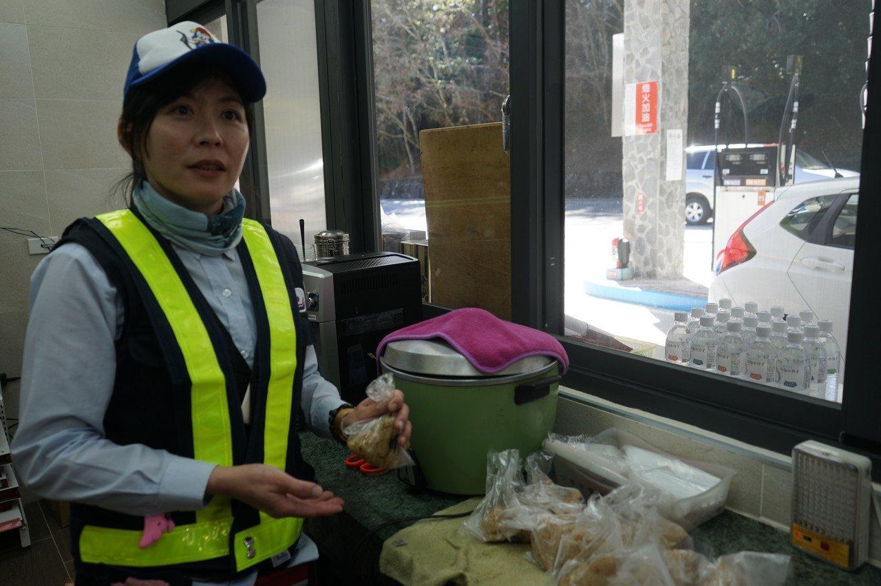 台灣中油關原加油站站長李詅說,雲端肉粽一個月可賣4、5000顆。記者王燕華/攝影
