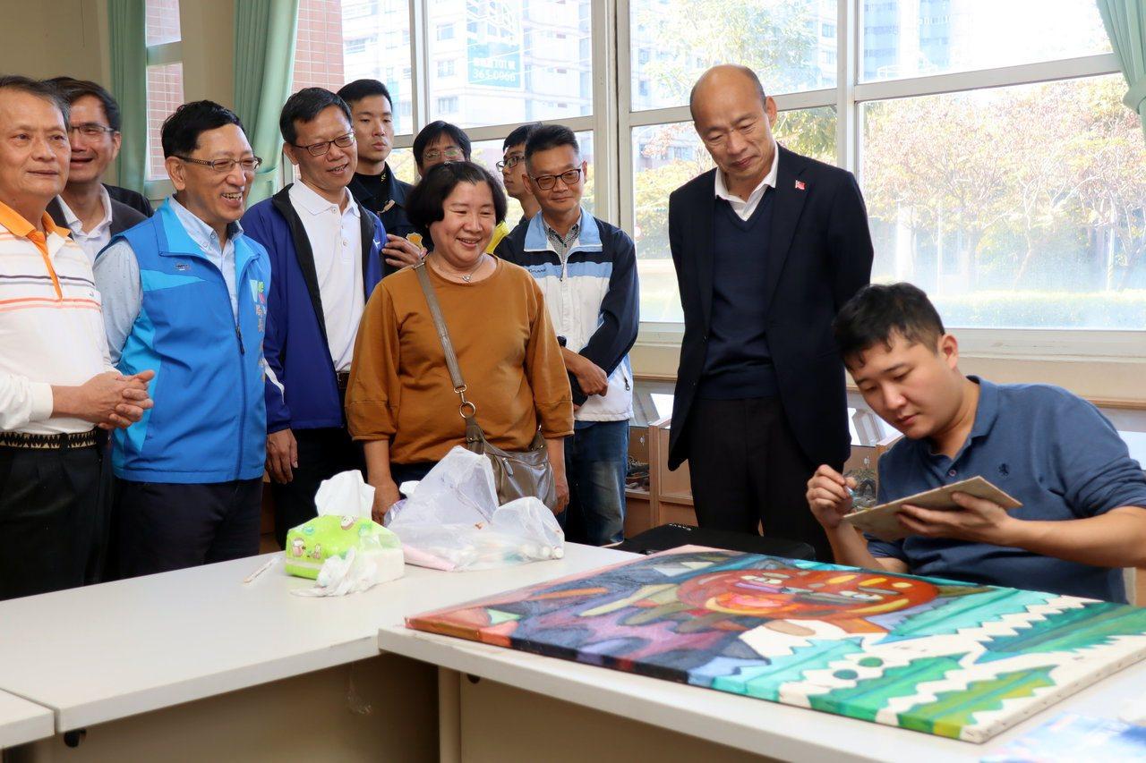 高雄市長韓國瑜(右二)今到楠梓特殊學校參訪原生藝術育成中心,表示將請青年局建置作...