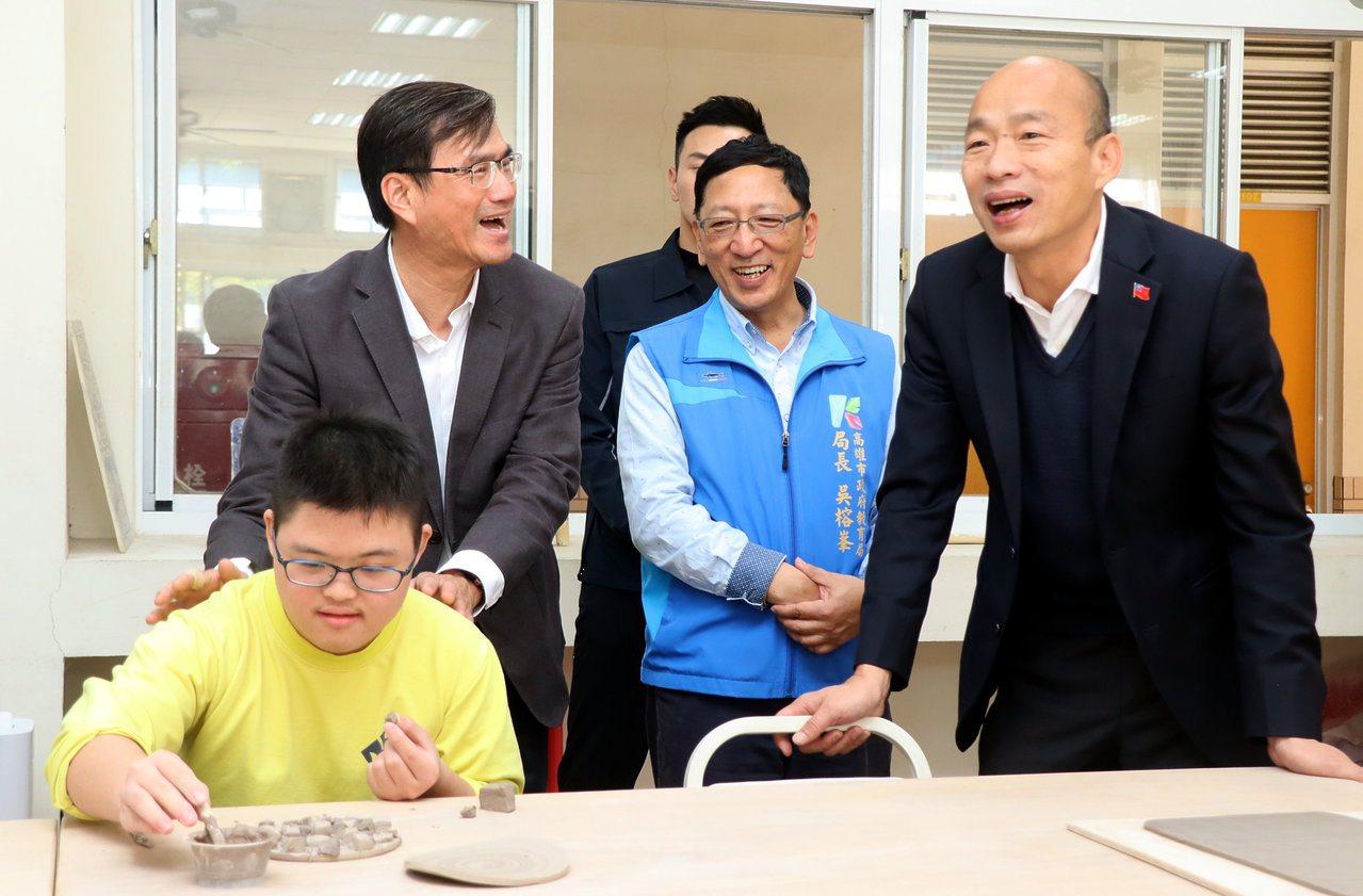高雄市長韓國瑜(右一)今到楠梓特殊學校參訪原生藝術育成中心,表示將請青年局建置作...