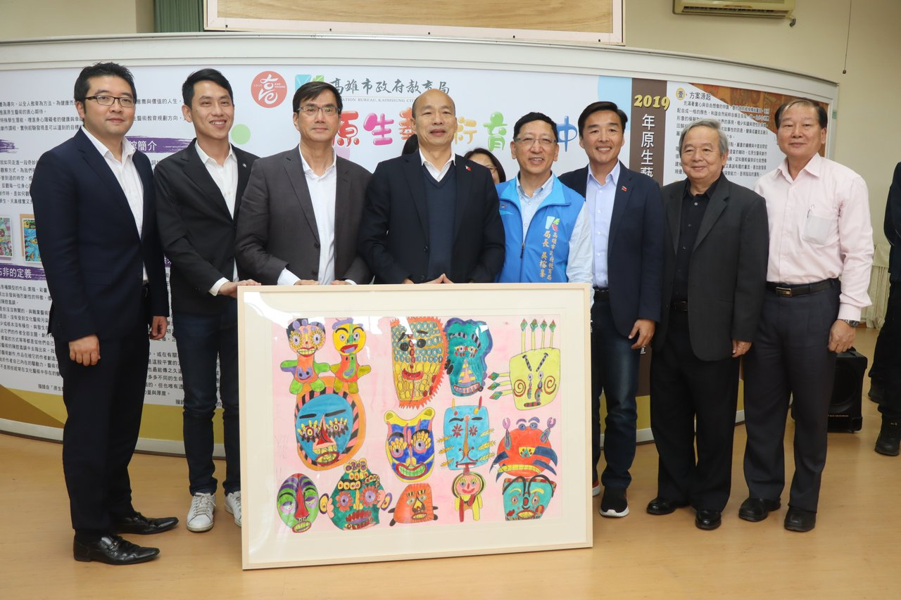 高雄市長韓國瑜(左四)今到楠梓特殊學校參訪原生藝術育成中心,表示將請青年局建置作...