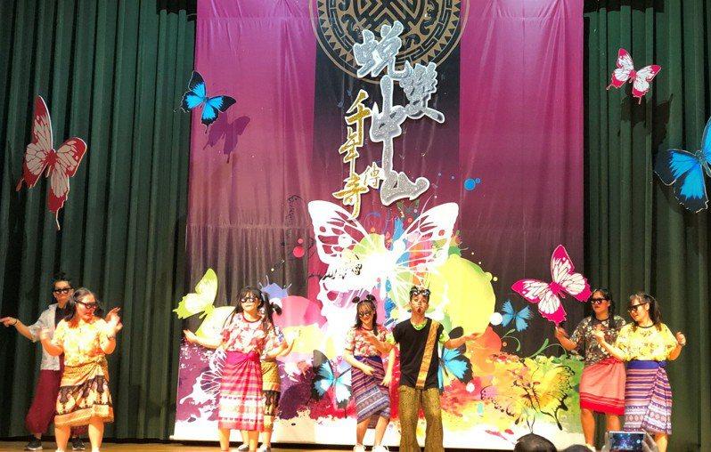 高雄市中山工商僑生多達688人,校方今舉辦僑生祭祖暨春節聯歡活動,各國僑生身著當地服裝,帶來異國文化歌舞表演,氣氛熱烈。記者蔡容喬/攝影