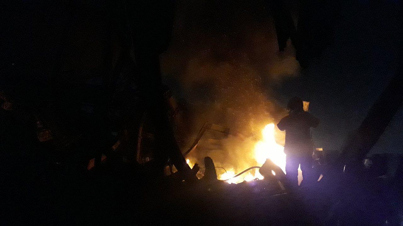 台南工廠大火晚間死灰復燃, 消防員進場灌救。記者周宗禎/攝影