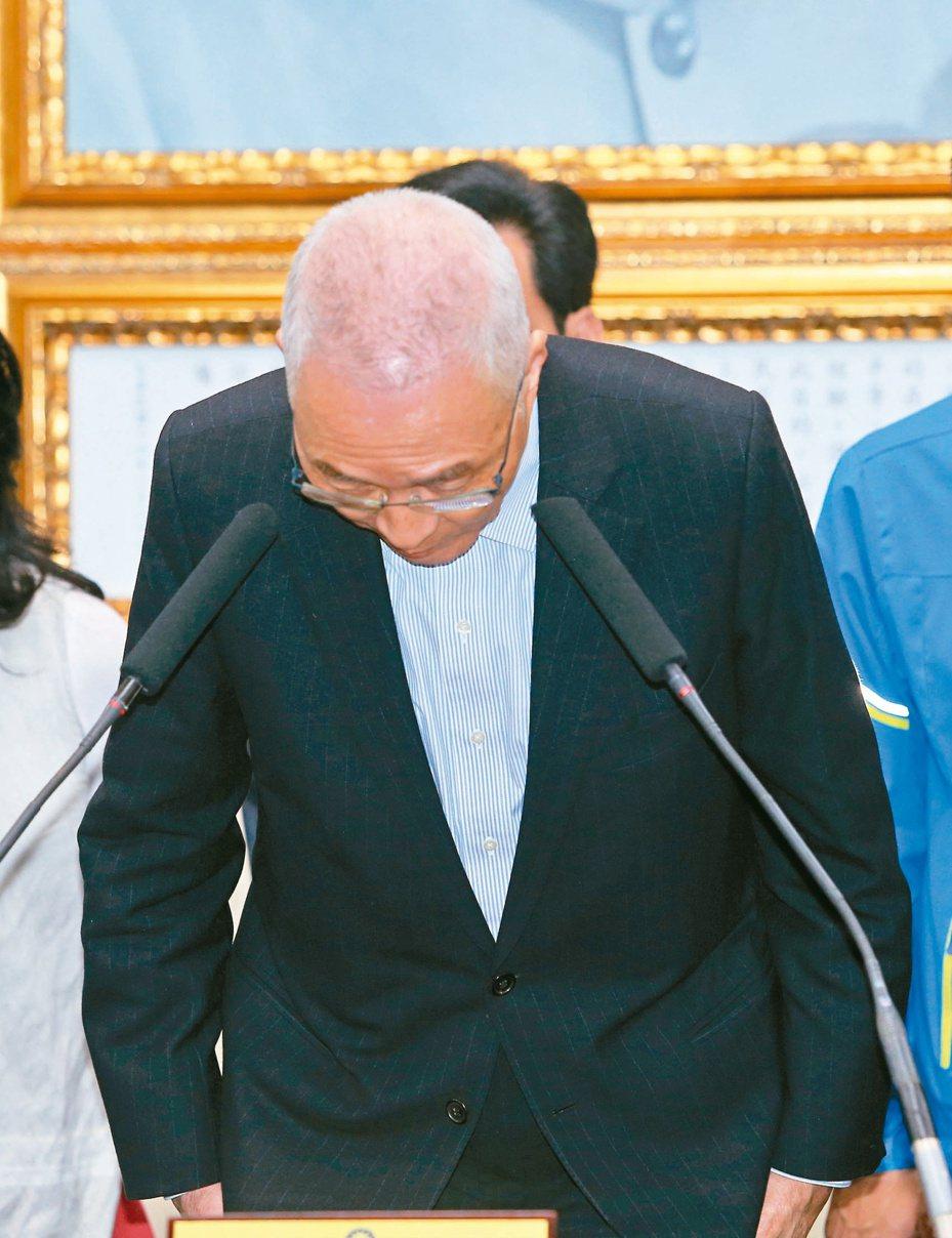 總統大選慘敗,國民黨主席吳敦義鞠躬道歉宣布請辭,國民黨明天中常會山雨欲來。本報系資料照片