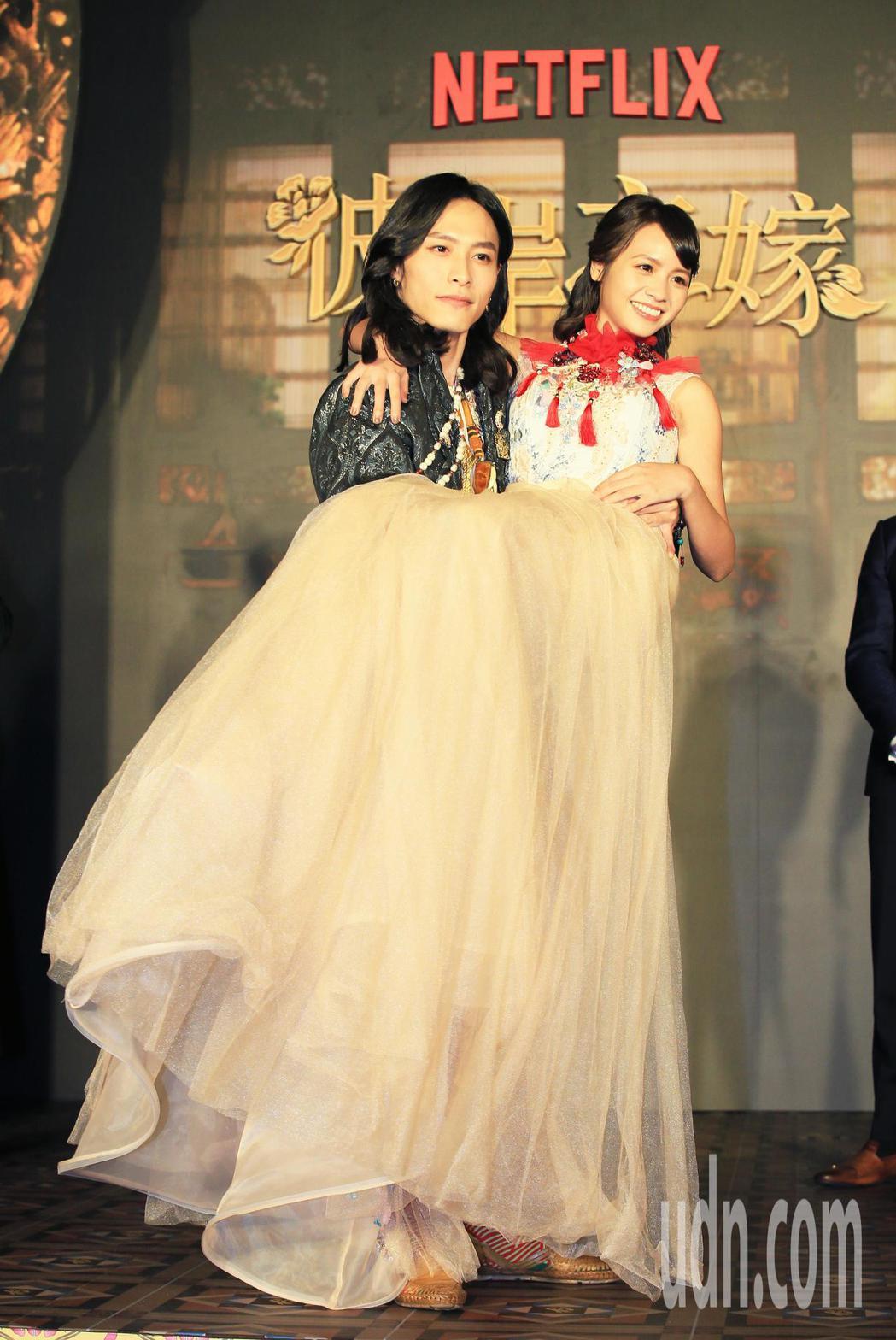 華語原創影集「彼岸之嫁」主要演員田士廣(左)抱起黃姵嘉。記者潘俊宏/攝影