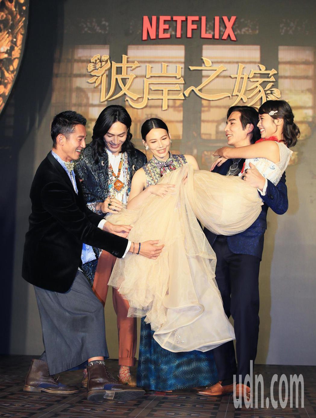 華語原創影集「彼岸之嫁」主要演員林路迪(右二)抱起黃姵嘉(右),田士廣(左二)、...