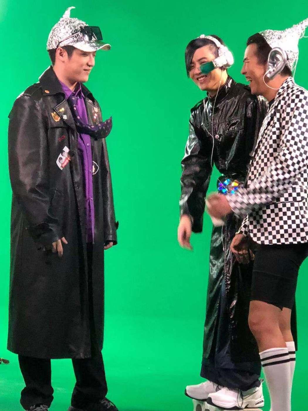 屁孩(右起)、熊仔、rgry合拍「如何製作完美的主打歌」MV。圖/索尼提供
