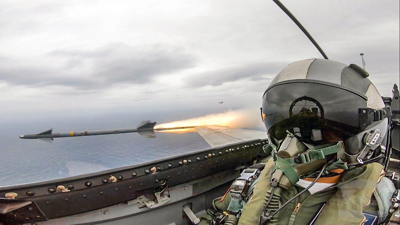 經國號戰機發射天劍一型飛彈。圖/軍聞社