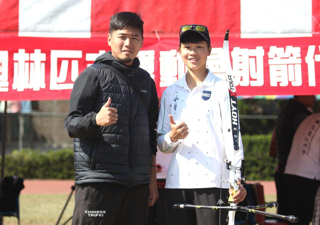 永豐高中施孟君暫居第四,左為教練鍾全威。圖/中華民國射箭協會提供