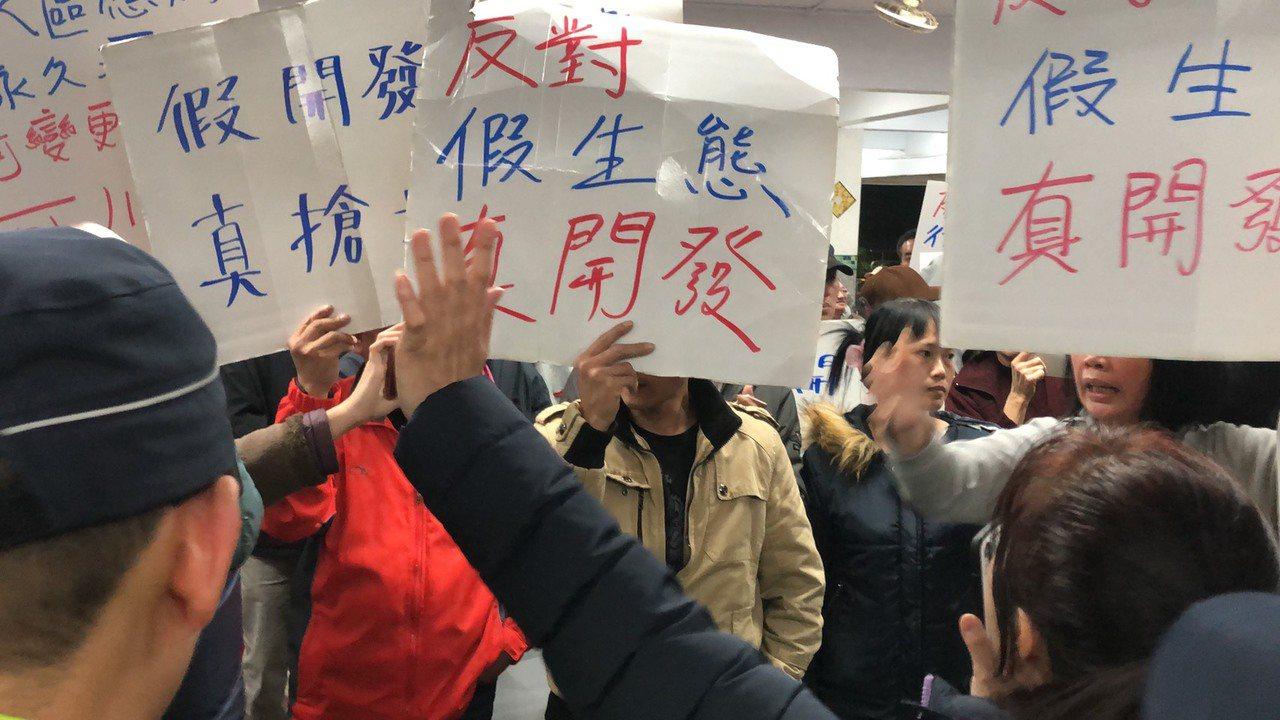 台北市政府推動社子島開發,近期公布擬將7.9公頃「行水區」變成「河川區」,引發地...