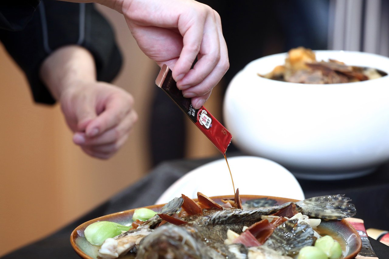 「高麗蔘麒麟石斑魚」以高麗蔘片取代傳統使用的北菇片,並運用高麗蔘精EVERYTI...