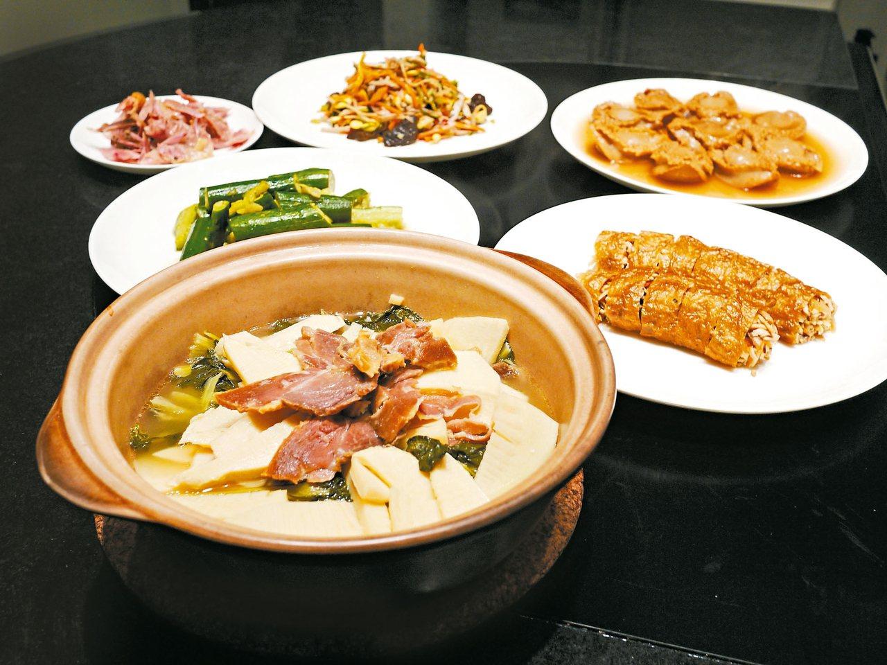 Liz家年菜必定有十樣菜、紅燒獅子頭以及扁尖筍燉雞湯。 圖/Liz提供