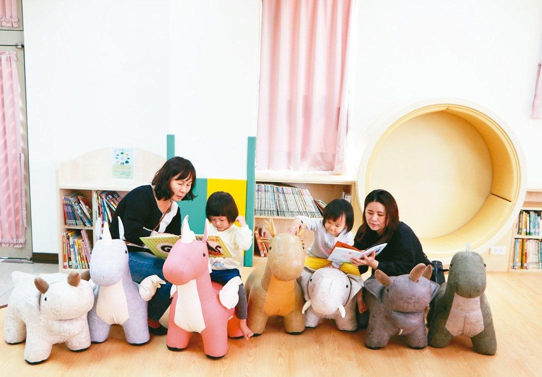 新北市圖書館蘆洲兒童親子分館改造後,變成小朋友最愛的「恐龍圖書館」,有俏皮可愛的...